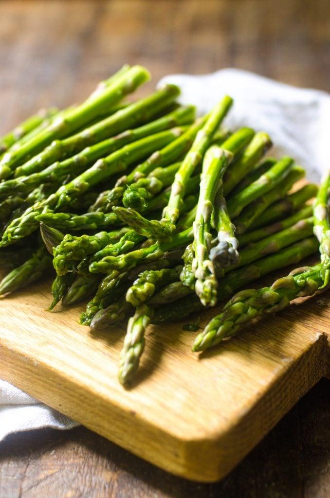 A cutting board of asparagus.